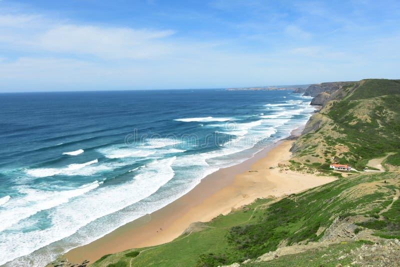 Zeegezicht vanuit het gezichtspunt van Castelejo, mening van Cordoama-strand, Vila do Bispo, Algarve, Portugal royalty-vrije stock foto's