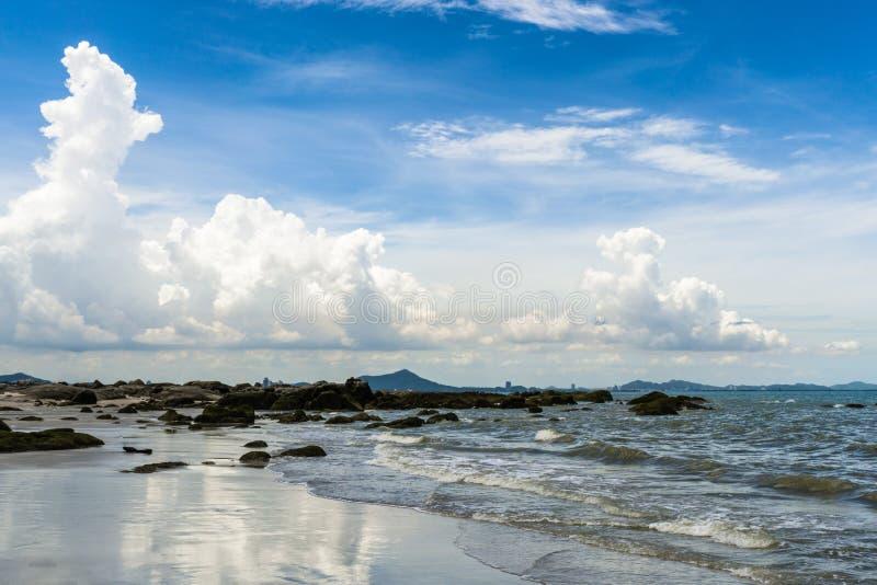 Zeegezicht in zonnige dag met blauwe hemel en witte wolken royalty-vrije stock foto