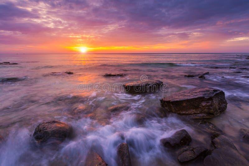 Zeegezicht in zonsondergang Mooie natuurlijk van overzees in de zomer stock afbeeldingen