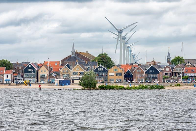 Zeegezichtdorp Urk met windturbines die boven de huizen opheffen royalty-vrije stock afbeeldingen
