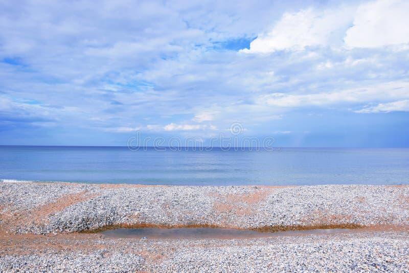 Zeegezichtstrand dat met Foto het Landschaps van de van de Achtergrond zeeschelpenkust de Toneelbehangvoorraad wordt behandeld royalty-vrije stock foto's
