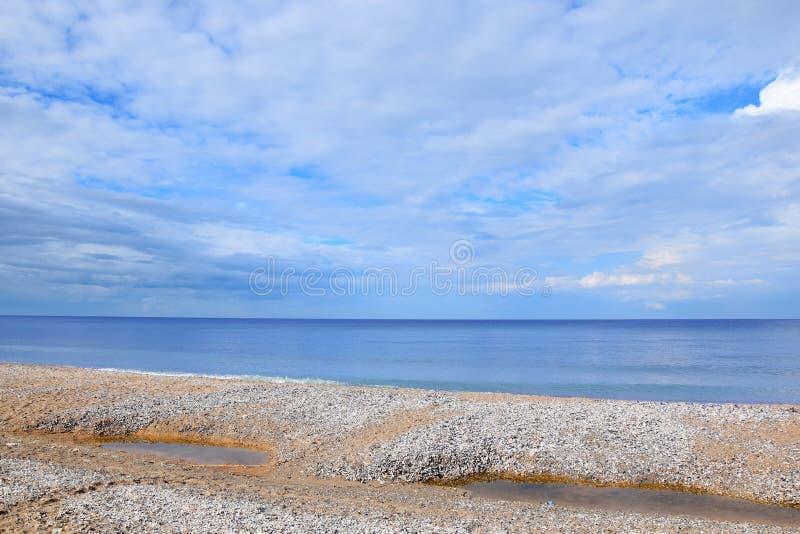 Zeegezichtstrand dat met Foto het Landschaps van de van de Achtergrond zeeschelpenkust de Toneelbehangvoorraad wordt behandeld stock afbeelding