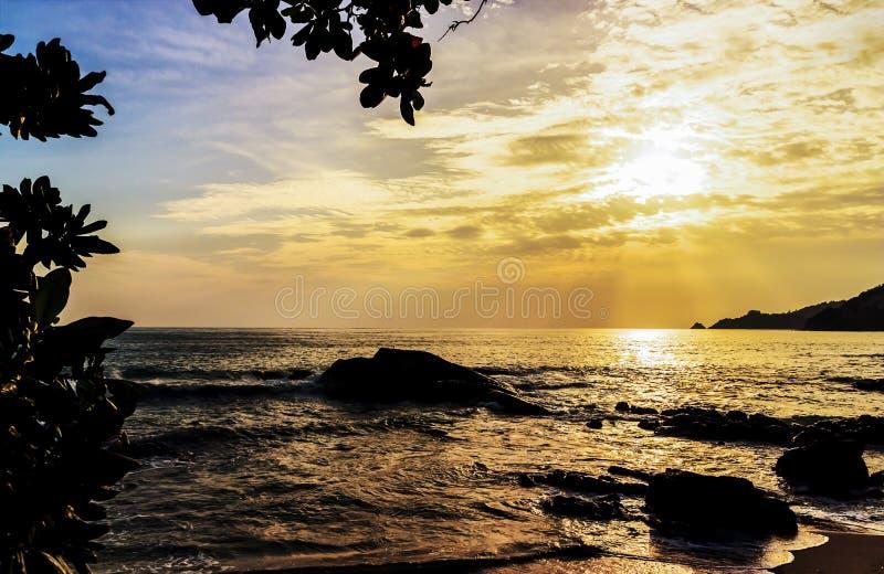 Zeegezichtzonsondergang met kleur van het zonlicht stock foto