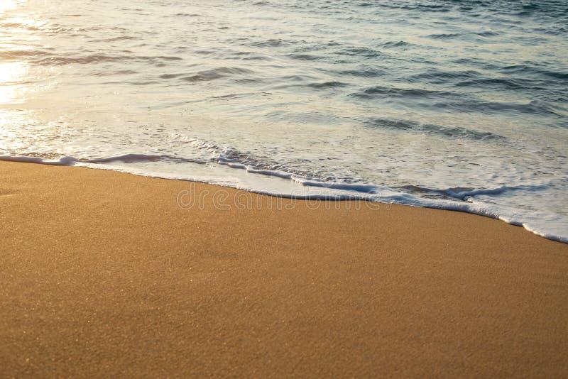 Zeegolven op het strand, mooi zacht schuim stock foto's