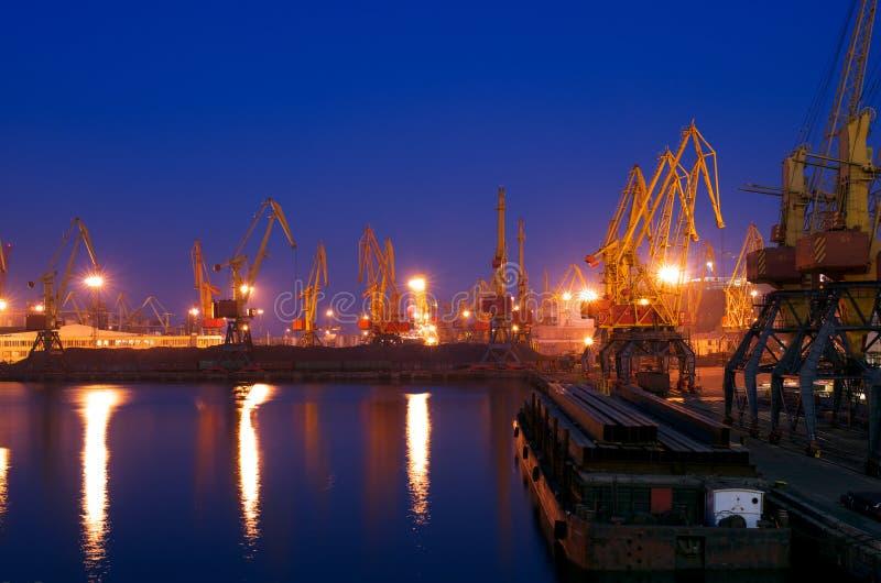 Zeehaven bij nacht stock foto