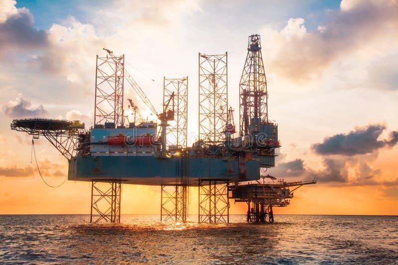 Zeejack up rig in het midden van het Overzees in Zonsondergangtijd royalty-vrije stock foto