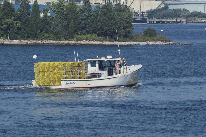 Zeekreeftboot Cynthia Lee die de binnenhaven van New Bedford kruisen stock fotografie