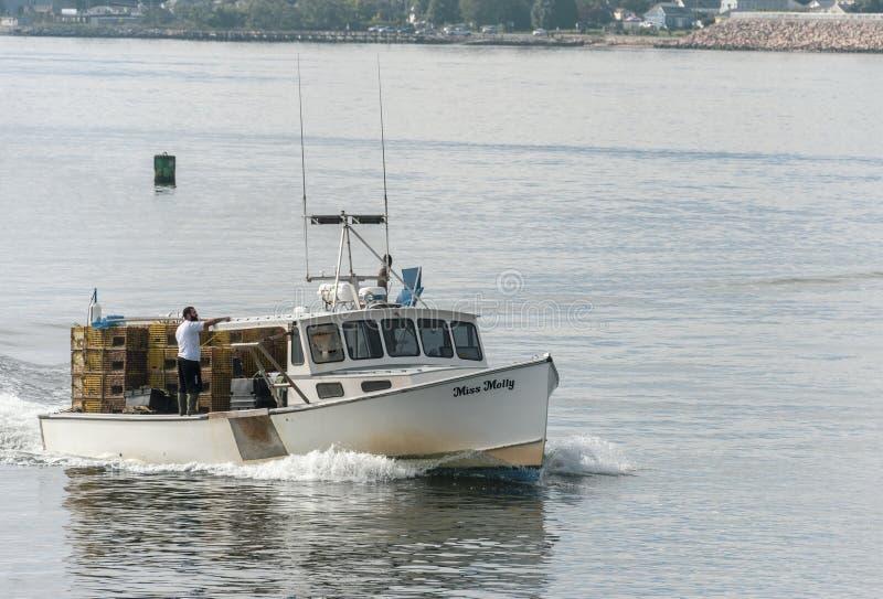 Zeekreeftboot Misser Molly die New Bedford naderen stock afbeeldingen