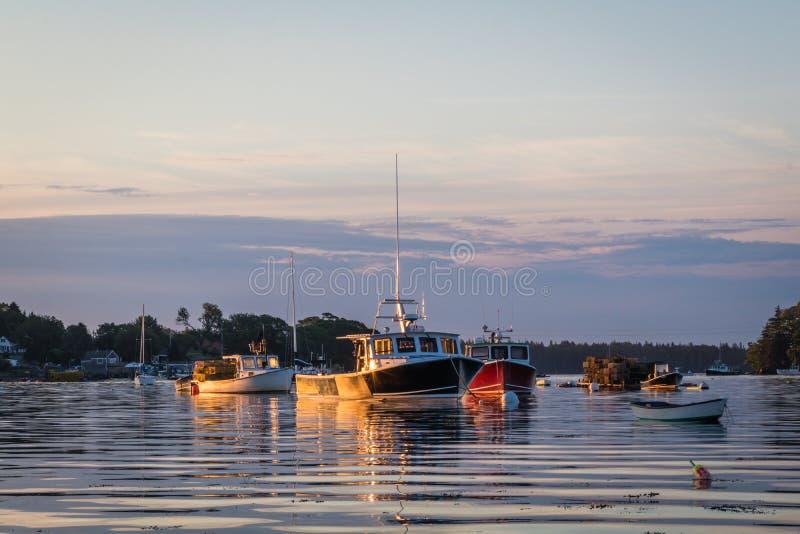 Zeekreeftboten bij dageraad in Vriendschap, Maine stock afbeeldingen