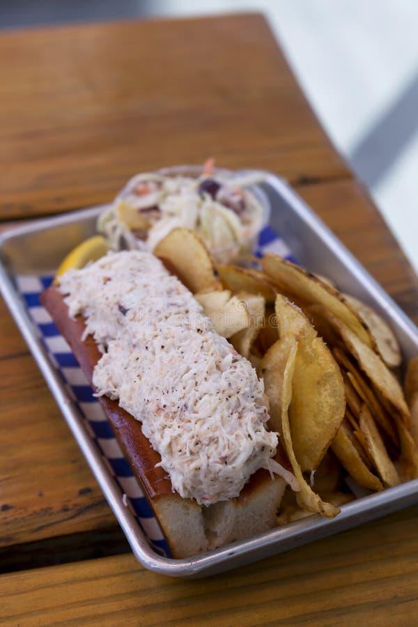 Zeekreeftbroodje met Chips en Koolsla royalty-vrije stock afbeeldingen