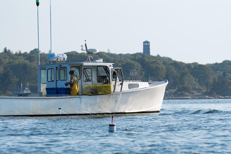 Zeekreeftmensen hard bij het werk op een mooie ochtend in de vroege herfst in Zuiden Bristol, Maine, Verenigde Staten stock foto's