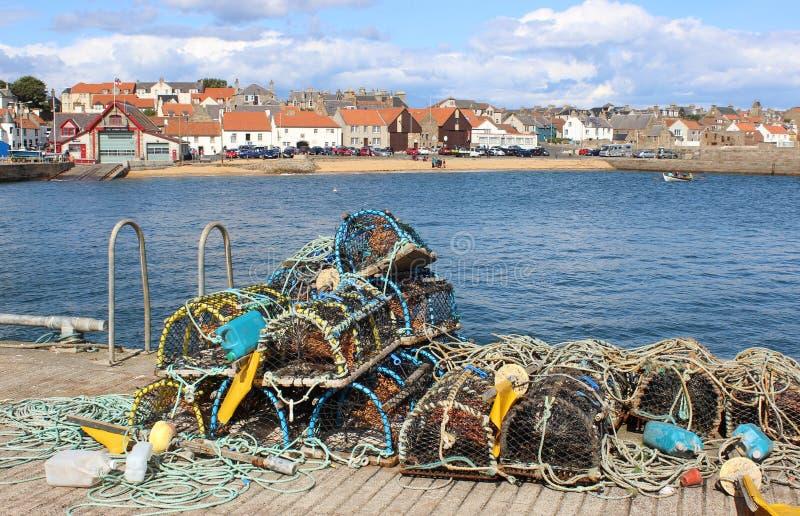 Zeekreeftpotten aan kant van haven Anstruther, Fife stock foto's