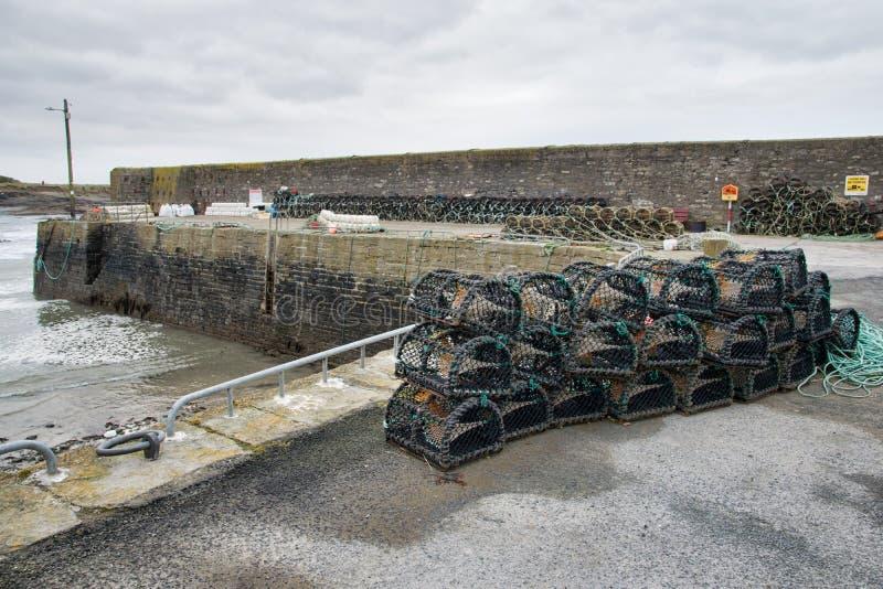 Zeekreeftpotten in een Haven worden gestapeld die stock fotografie