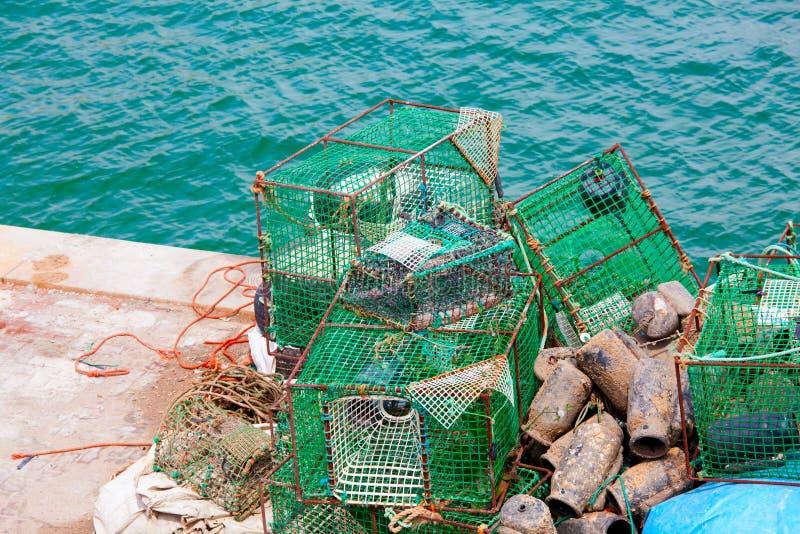 Zeekreeftpotten en krabpotten die in de zon drogen stock afbeelding