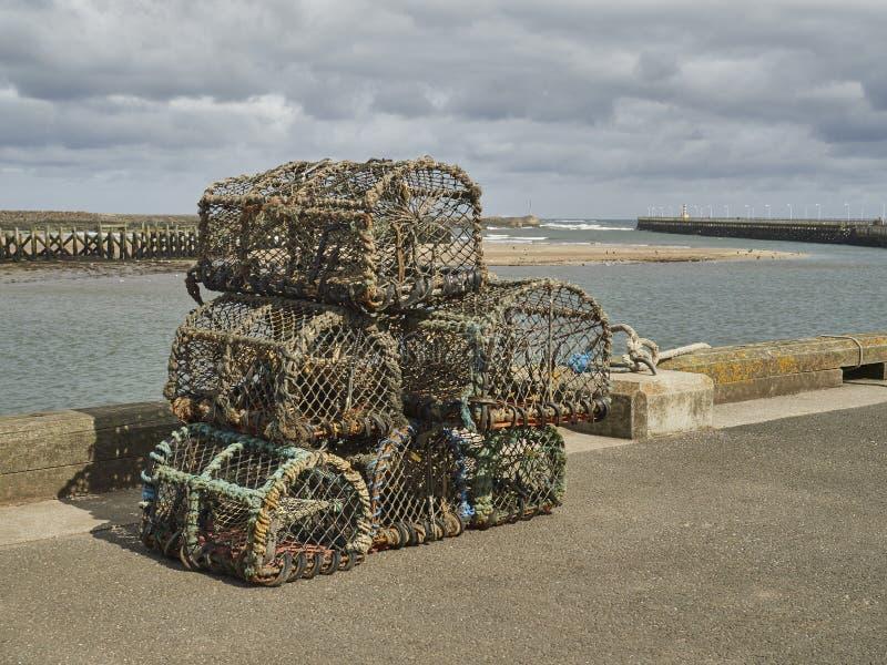 Zeekreeftpotten op The Edge van een Pijler worden gestapeld die royalty-vrije stock foto's