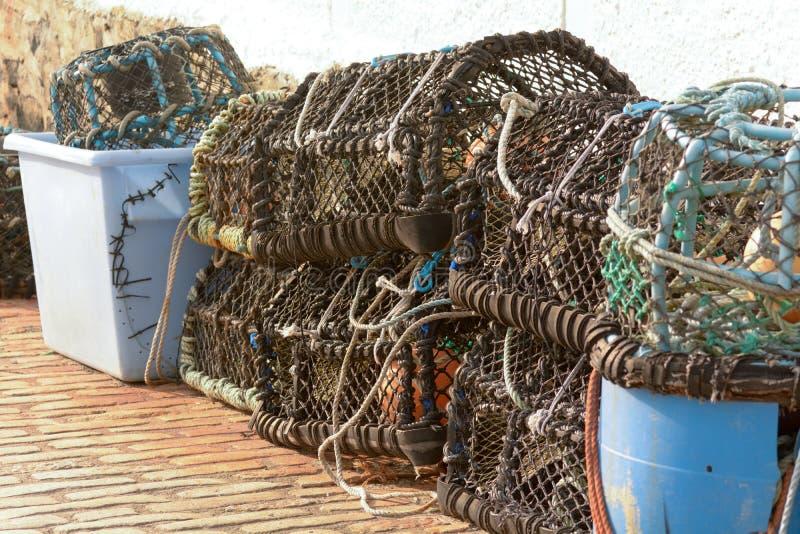Zeekreeftpotten op havenmuur die worden gestapeld royalty-vrije stock foto