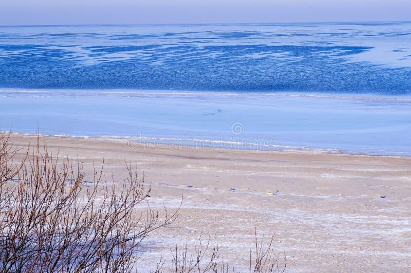 Zeekust in de winter stock foto's