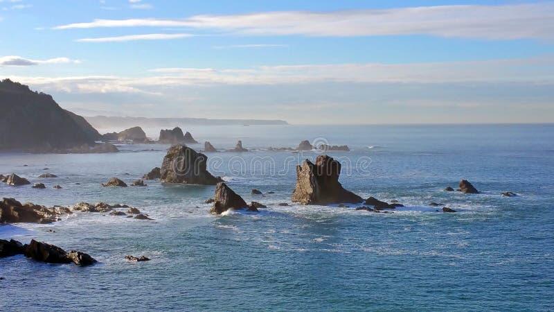 Zeekust Grote rotsen de Noord- van Spanje op het overzees van Cantabrië royalty-vrije stock foto