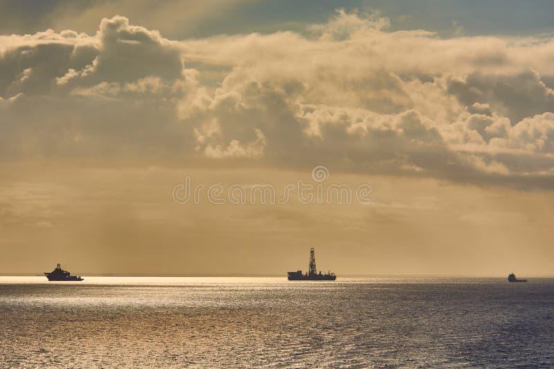 Zeelevering en het duiken ondersteuningsvaartuig die aan een project van de olieindustrie op zee werken stock foto