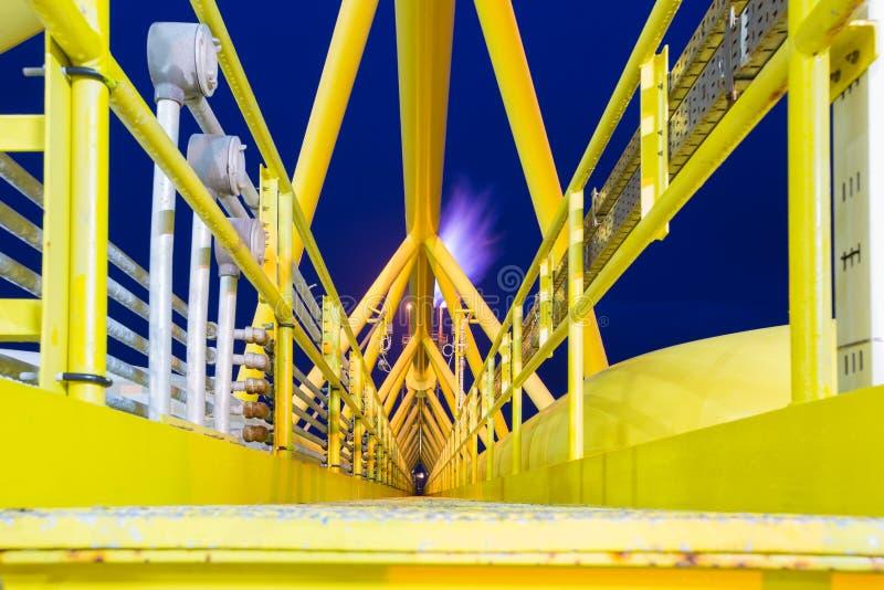 Zeeolie en gas overbruggen het centrale verwerkingsplatform en de gloed terwijl opening en brandwondrook van proces royalty-vrije stock afbeeldingen