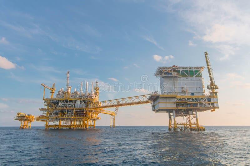 Zeeolie en installatieplatform stock foto's