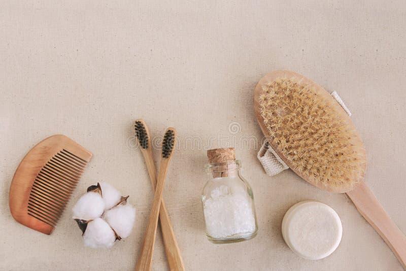 Zeep, bamboetandenborstels, natuurlijke borstel, mede schoonheidsmiddelenproducten en hulpmiddelen nul afval en plastic vrij conc stock foto