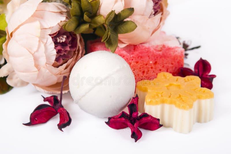 Zeep, bloemen en badbom stock fotografie