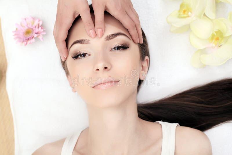 Zeep, handdoek en bloemensneeuwklokjes Close-up van een Young Woman Getting Spa Behandeling Jonge vrouw die kuuroordbehandeling,  royalty-vrije stock afbeelding