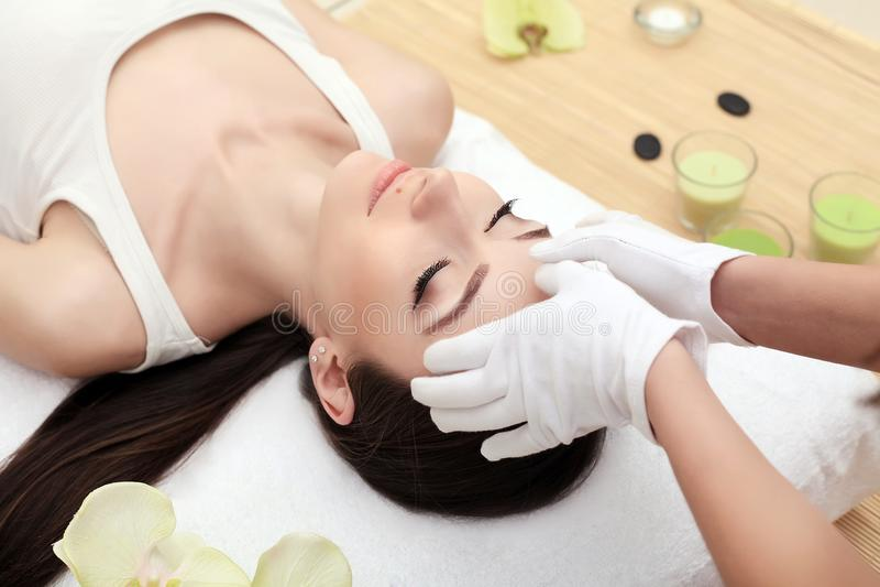 Zeep, handdoek en bloemensneeuwklokjes Close-up van een Young Woman Getting Spa Behandeling Jonge vrouw die kuuroordbehandeling,  royalty-vrije stock foto's