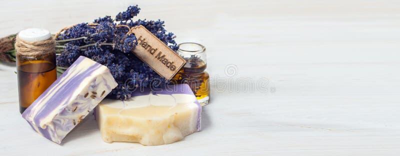 Zeep, handdoek en bloemensneeuwklokjes Lavendel met de hand gemaakte zeep en olie met een bos royalty-vrije stock fotografie