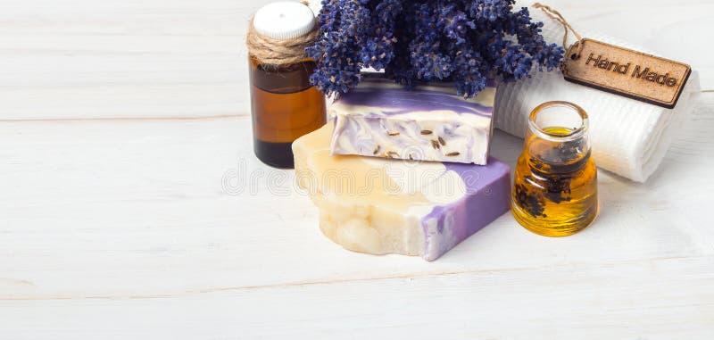 Zeep, handdoek en bloemensneeuwklokjes Lavendel met de hand gemaakte zeep en toebehoren royalty-vrije stock afbeeldingen