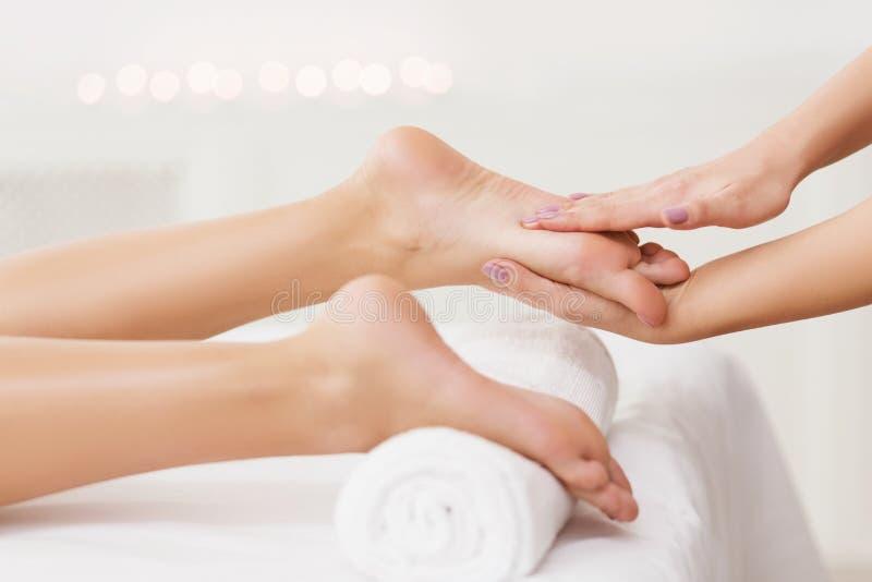 Zeep, handdoek en bloemensneeuwklokjes Masseur die Vrouwelijke Voetenclose-up masseren royalty-vrije stock fotografie
