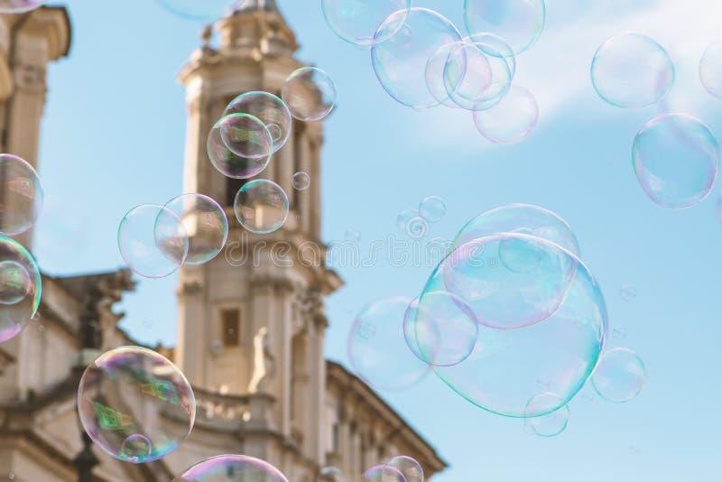 Zeepbels die tegen de blauwe hemel vliegen rome Italië stock foto's