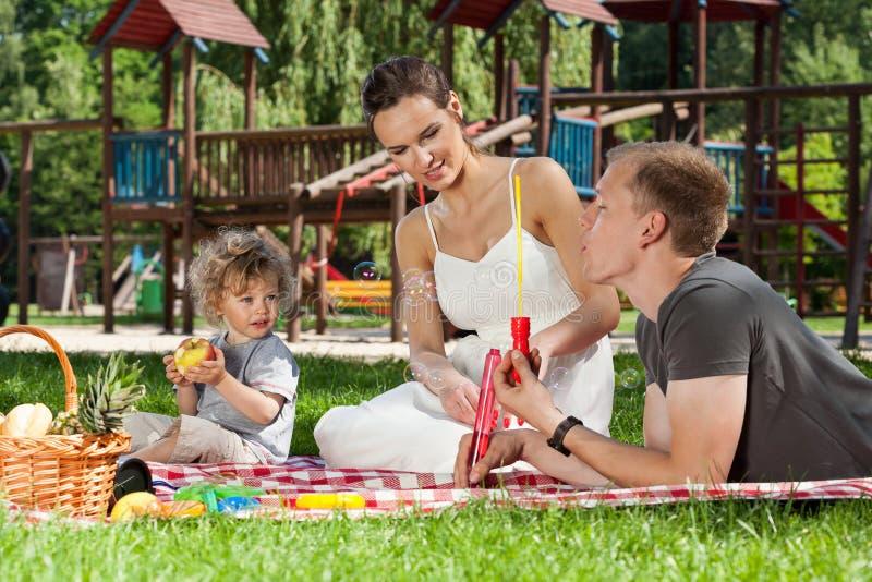Zeepbels op een picknick royalty-vrije stock fotografie