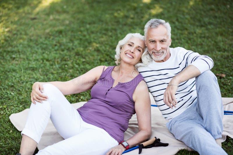 Zeer aantrekkelijk bejaard paar die van genieten in park stock fotografie