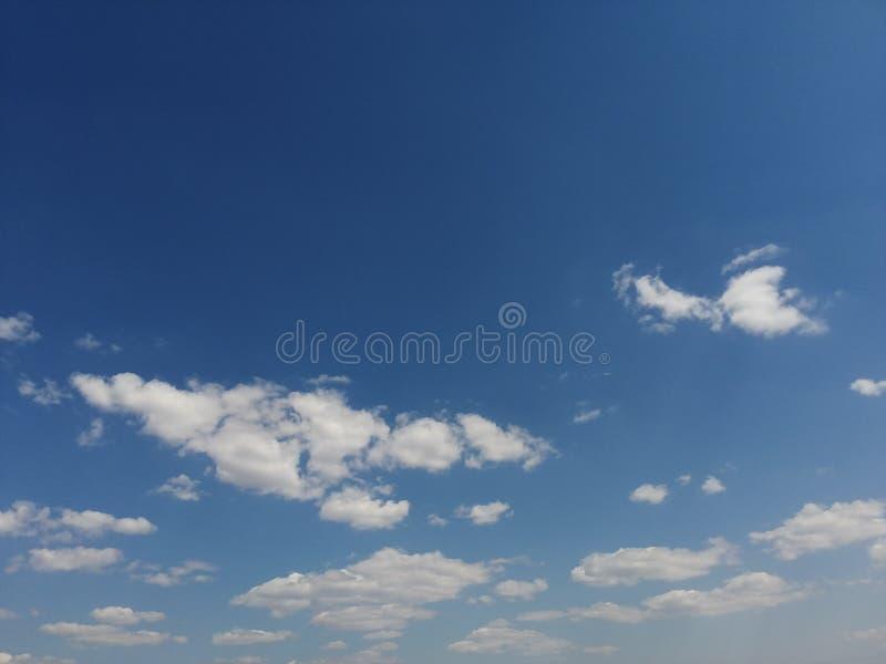 Zeer, zeer aardige witte wolken royalty-vrije stock afbeeldingen