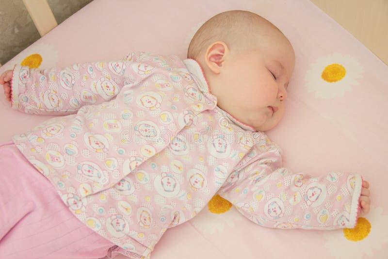 Zeer aardige zoete babyslaap stock afbeelding
