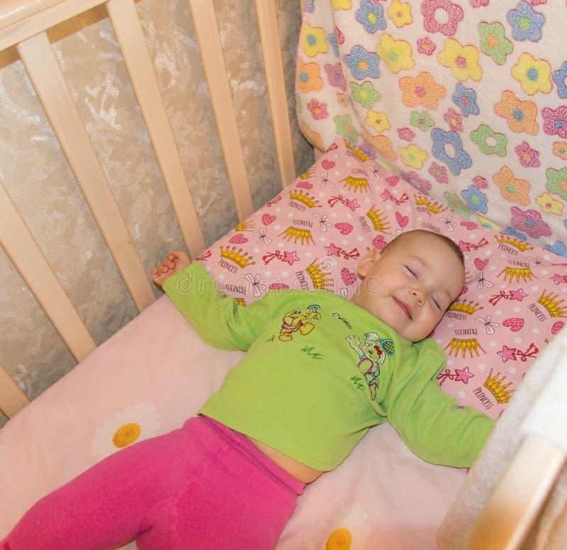 Zeer aardige zoete babyslaap in voederbak royalty-vrije stock afbeeldingen