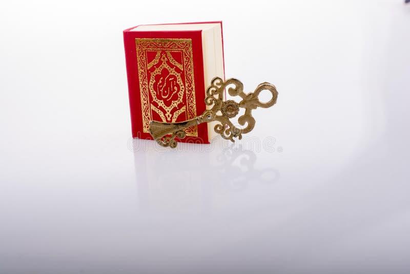 Zeer belangrijk en Islamitisch Heilig Boek Quran in minigrootte stock foto