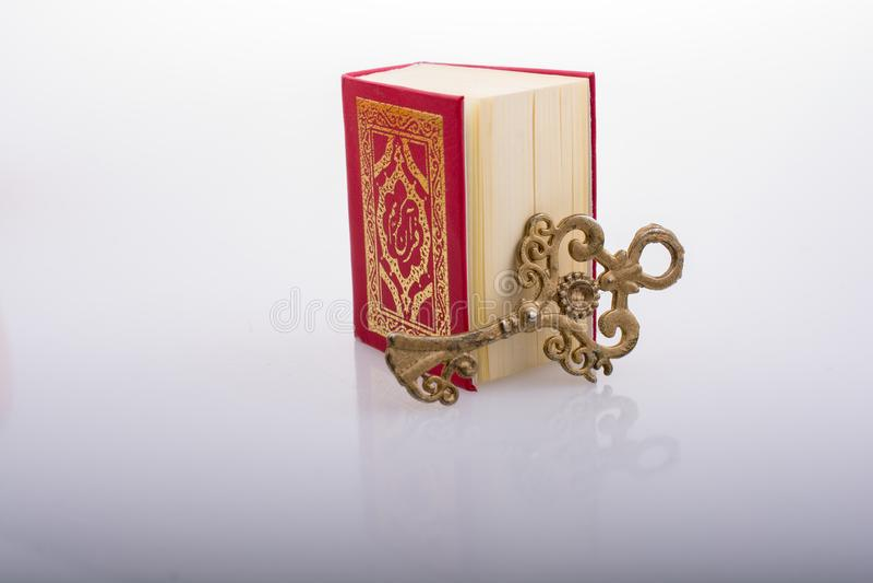 Zeer belangrijk en Islamitisch Heilig Boek Quran in minigrootte royalty-vrije stock foto's