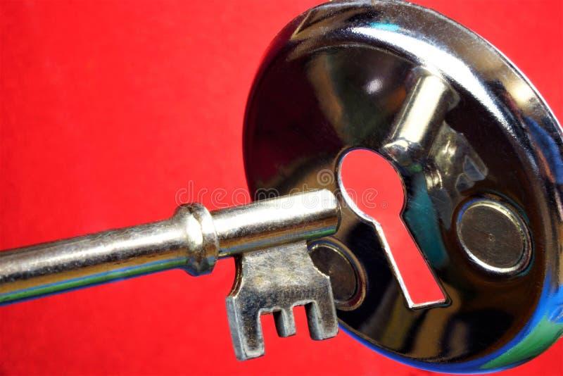 Zeer belangrijk hulpmiddel om sloten en sleutelgat te openen De sleutel tot ontrafelen, het oplossen die, begrip, het geheim, het royalty-vrije stock foto's