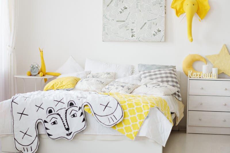 Zeer comfortabele slaapkamer met een groot bedhoogtepunt stock afbeeldingen