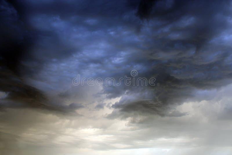Zeer donkere wolken royalty-vrije stock afbeelding
