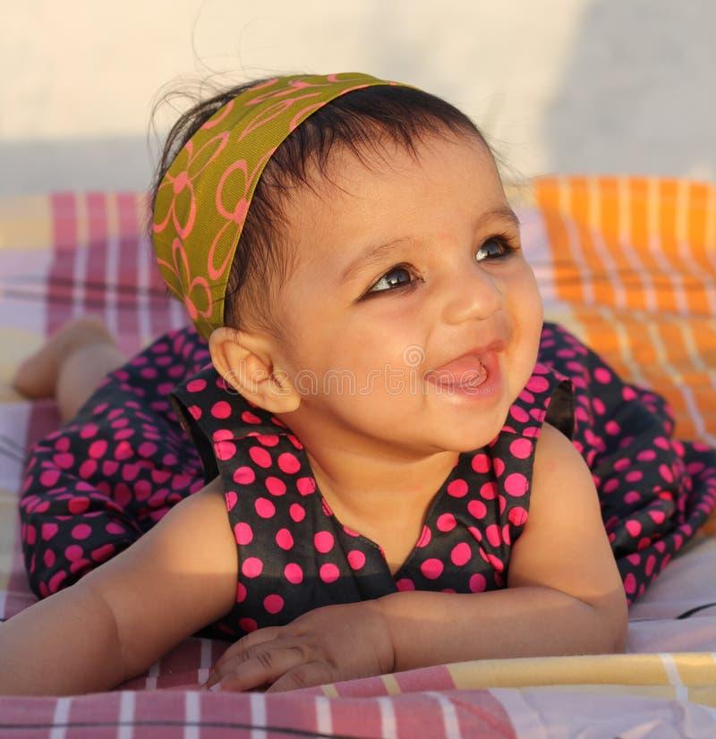 Zeer Gelukkig Aziatisch babymeisje dat de kijker bekijkt stock fotografie