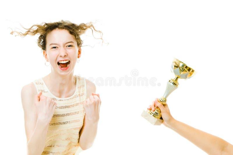 Zeer gelukkig emotioneel jong meisje die winnende trofee krijgen royalty-vrije stock fotografie