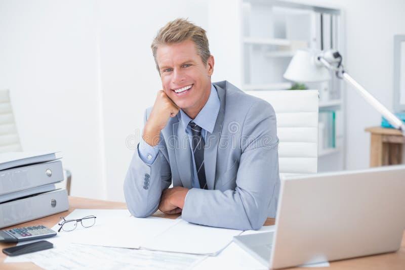 Zeer gelukkige zakenman op het werk stock foto's