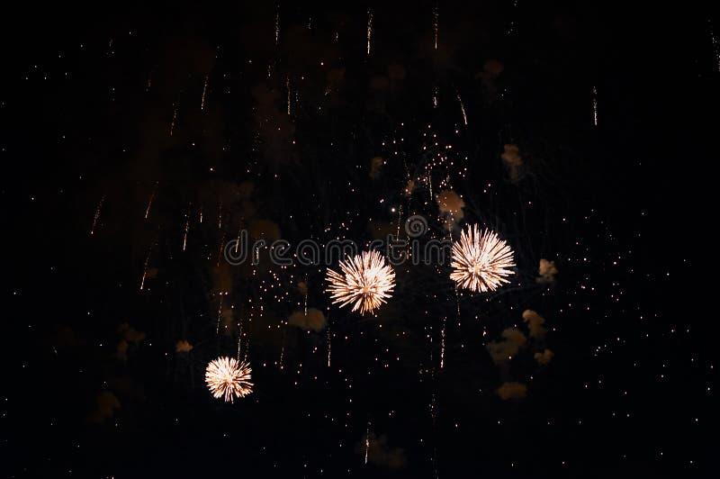 Zeer goedkoop vuurwerk over de gele stad, royalty-vrije stock afbeelding