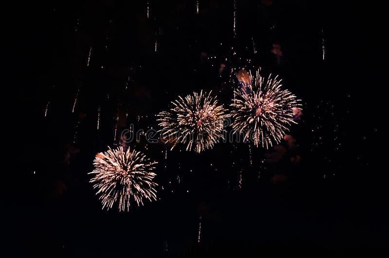 Zeer goedkoop vuurwerk over de gele stad, royalty-vrije stock fotografie