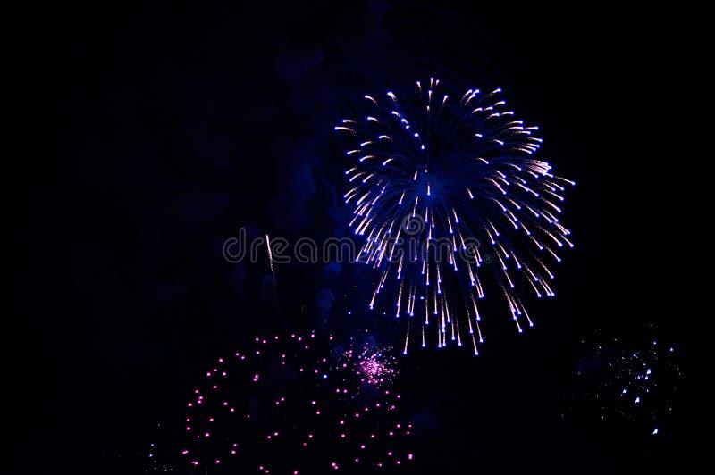Zeer goedkoop vuurwerk over de purpere stad, stock foto