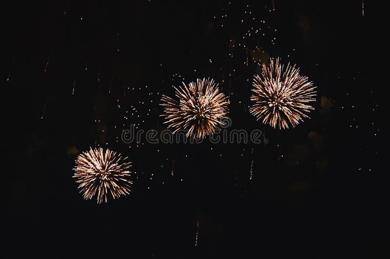 Zeer goedkoop vuurwerk over de stad stock afbeelding